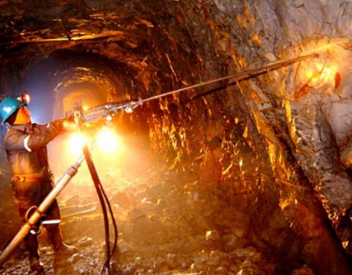trabajador o minero trabajando en pozo de excavación mineral
