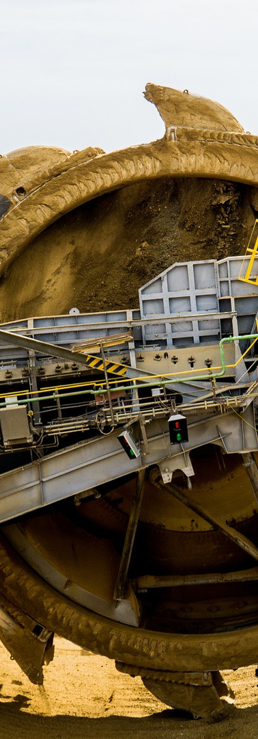 rueda extractora de ripio en mina para la excavación y explotación sustentable de minerales.
