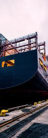 barco o buque de transporte de containers para el comercio internacional en puerto de argentina
