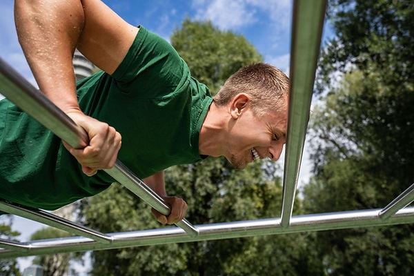 Merlin Witt, Personal Trainer, lachend bei Übung