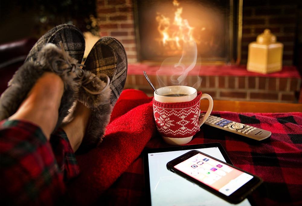 Entspannung mit Kaffee vor dem Kaminfeuer