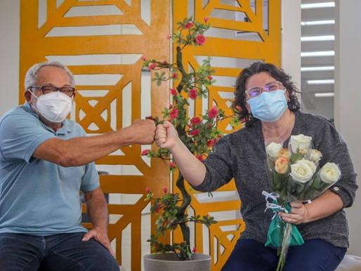 Prefeitura entrega rosas e kits contra Covid para servidoras no Palácio Pery Pery