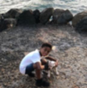 Shane Kluivert helpt mee het Kluivert Dog Rescue Center te bouwen op Curacao.