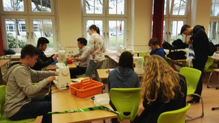 Schüler an der Nähmaschine