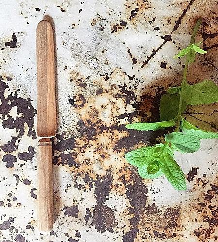 Le couteau en bois d'amandier