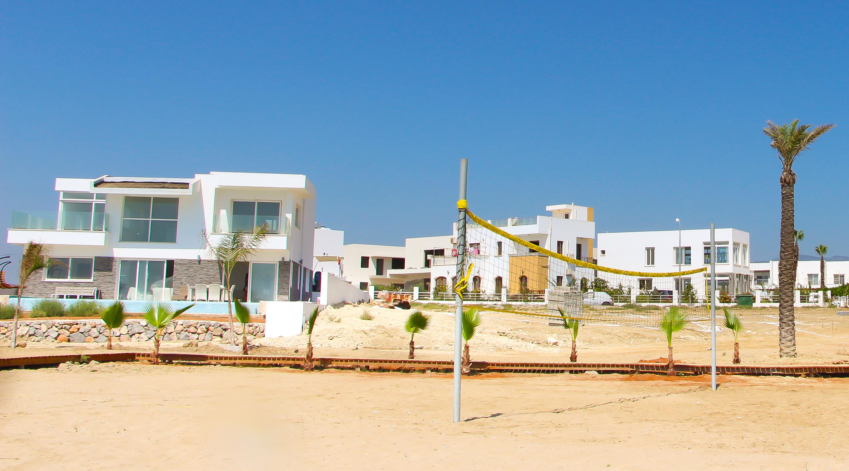 Пляж_Цезаря-Вилла-на-береговой-линии