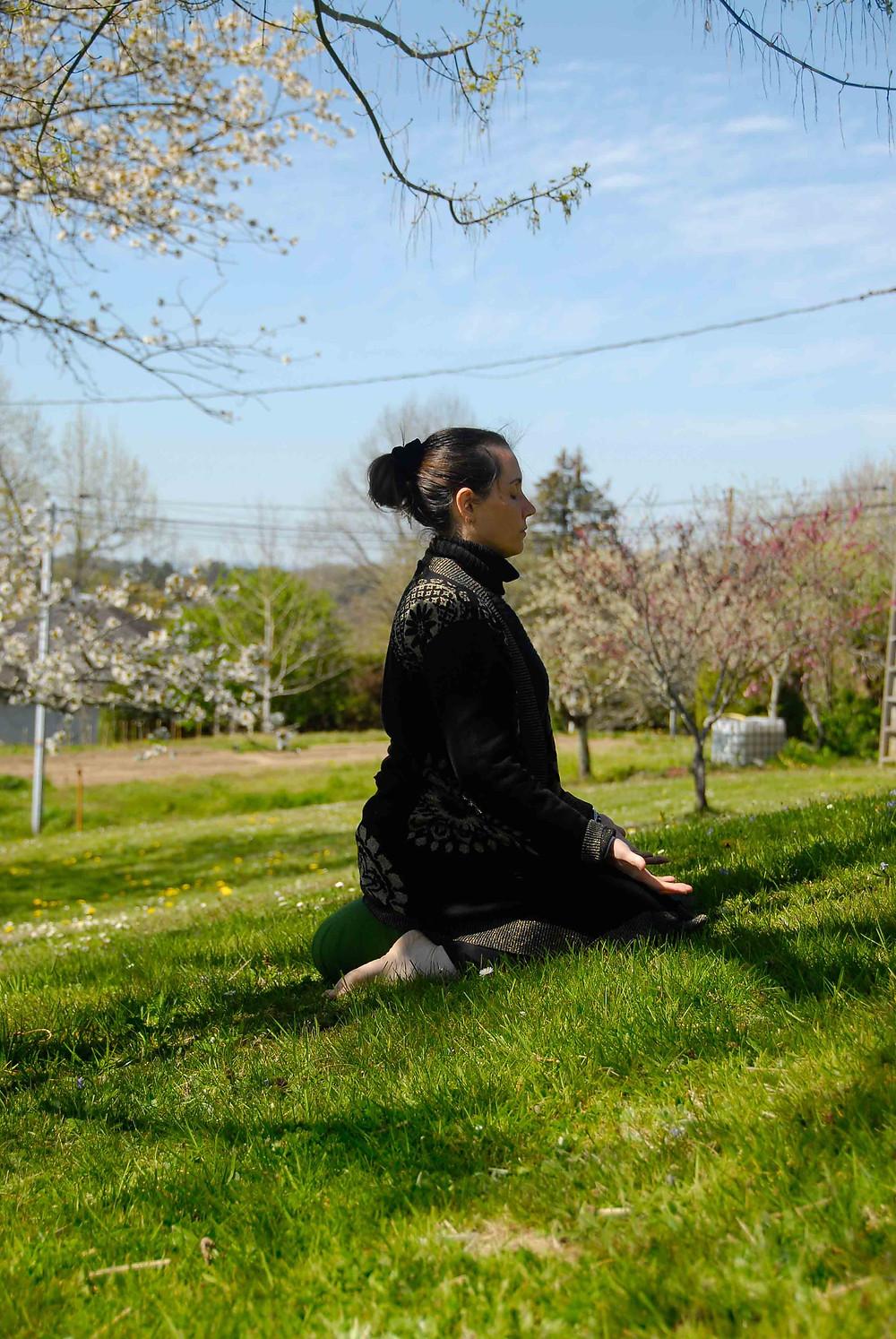 Femme méditant dans un champs