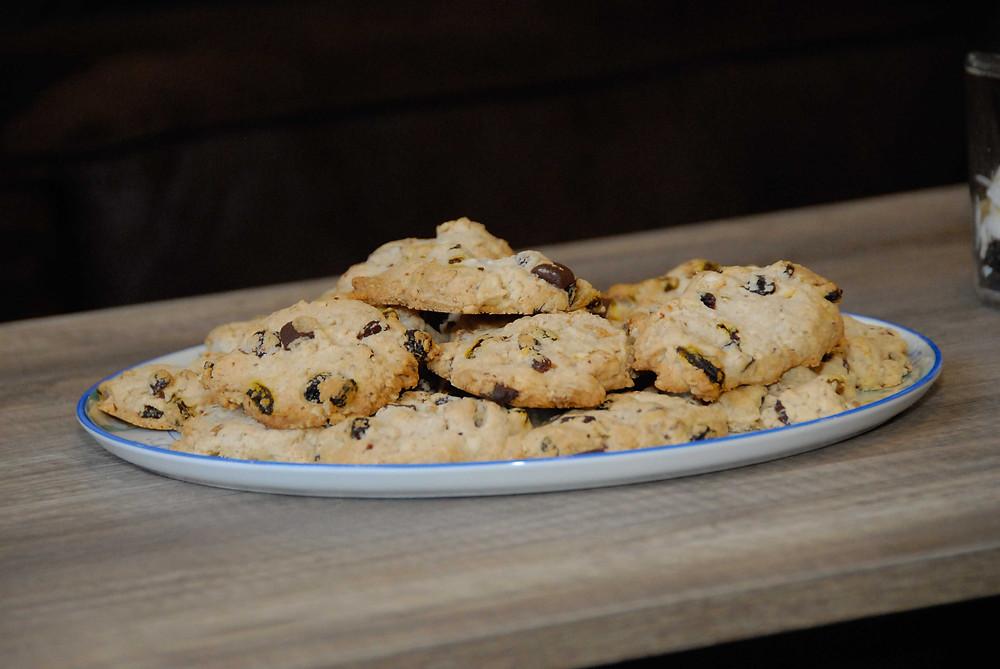 Cookies dans un plat sur une tables en bois