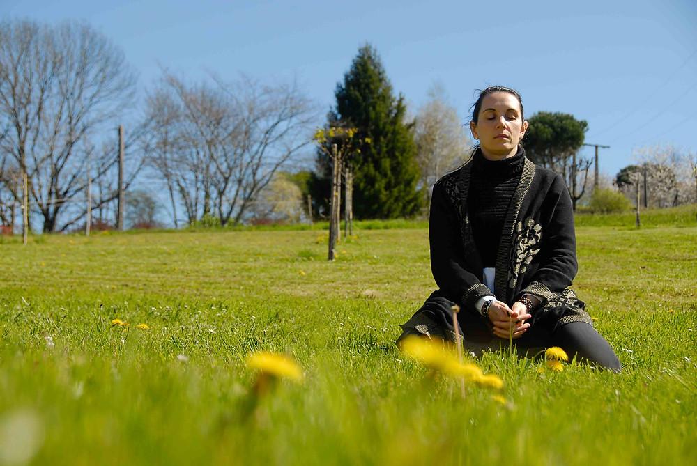 Femme méditant à la campagne