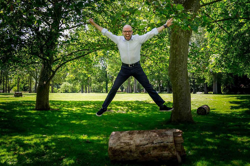 Homme en bonne santé qui saute