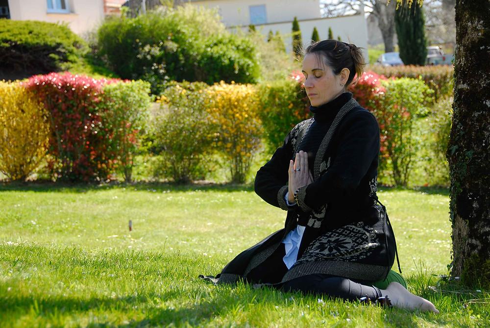 Femme méditant dans un jardin