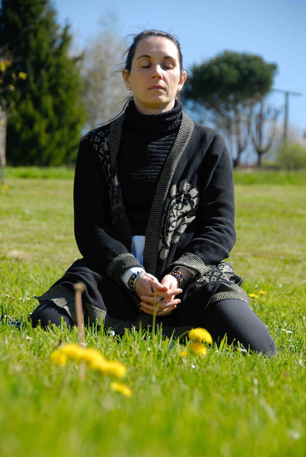Femme méditant dans un champs.