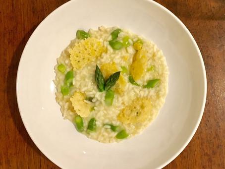 Risotto agli asparagi con cialde di parmigiano croccante