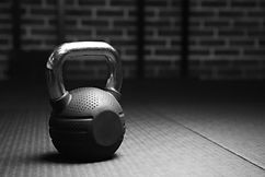 壺鈴重量在黑色和白色的體育館裡.jpg