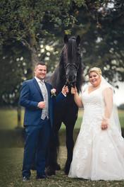 Hochzeitspaar mit Pferd