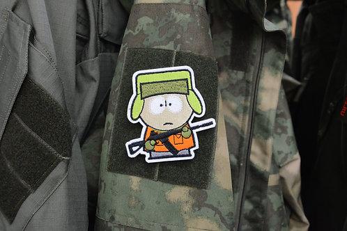 Патч с Кайл Брофловски с винтовкой, отсылка к мультфильму Южный Парк