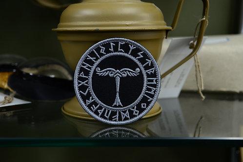 Патч, нашивка священное дерево Ирминсуль или ствол дерева саксов, с рунами.