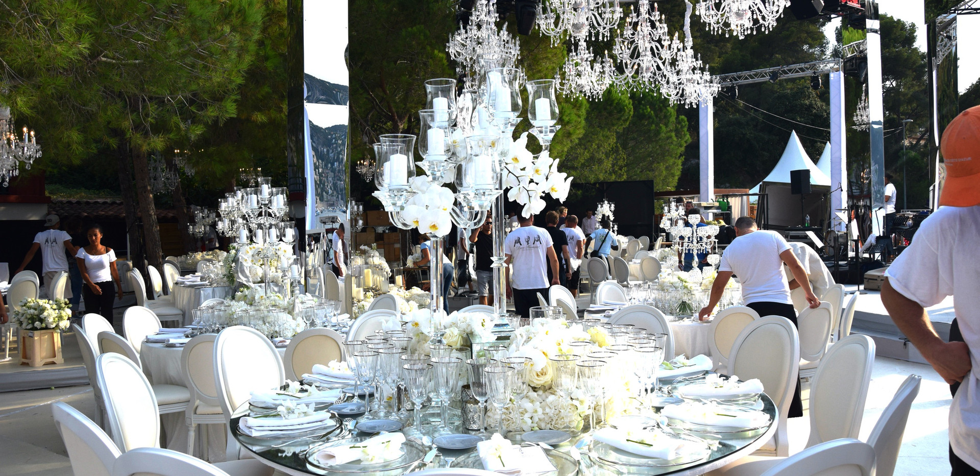 White wedding table settings plage de passable