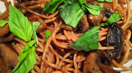 EASY CREAMY SPEEDY MUSHROOM PASTA (and the Health Benefits of Mushrooms)