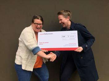 Scheckübergabe mit Natalie Trummer, Geschäftsleiterin TDF und Anne Hinrichsen