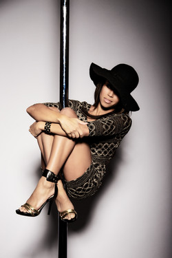 Nicole ThePole in pole sit