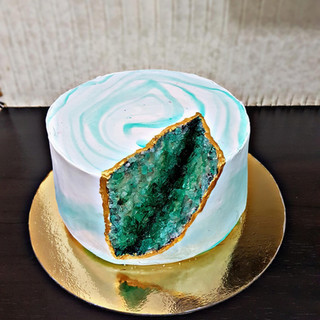 Geode cake with marble effect