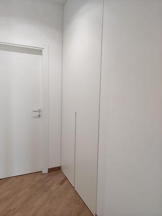 Armadio corridoio a filo muro bianco