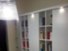 Libreria laccata bianco opaco, libreria con faretti su misura