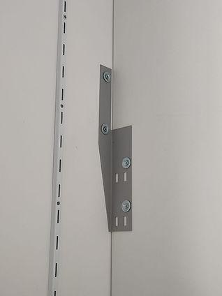 Fianco interno armadio fissato a muro