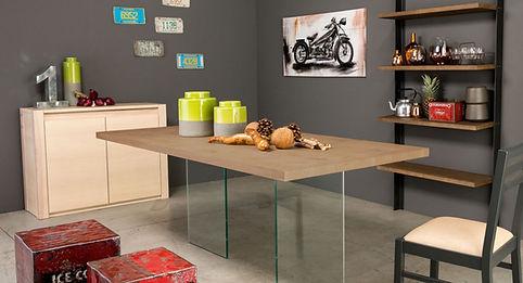 Tavolo moderno con gamba in cristallo
