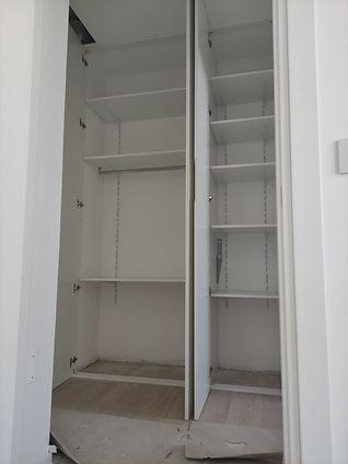 Interno armadio con mensole movibili