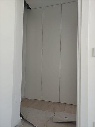 Armadio a filo muro nel corridoio