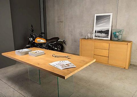 Tavolo moderno con piano massiccio e gambe in cristallo