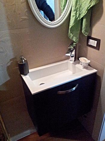Mobile bagno sospeso con vasca in coria su misura