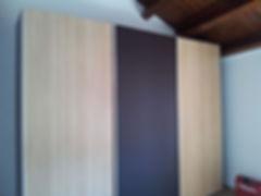 armadio moderno su misura, armadio con anta rivestita in pelle