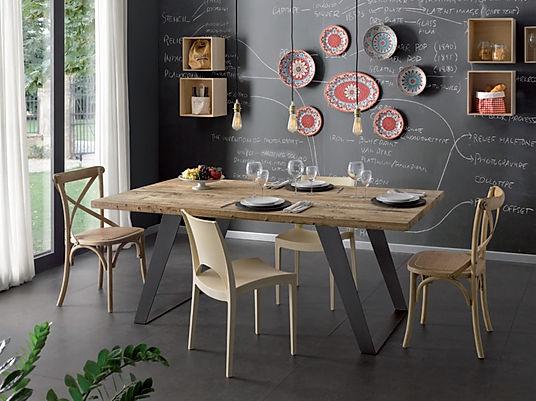 Tavolo moderno con gambe in metallo