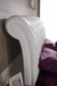 particolare testata letto, letto rivestito in pelle