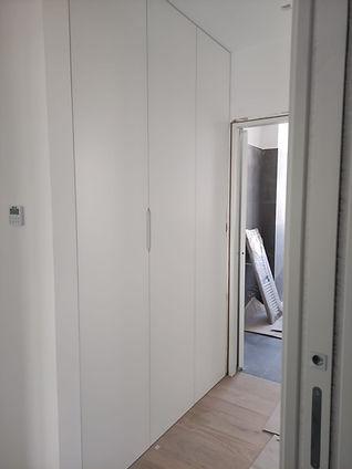 Armadio corridoio bianco