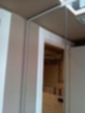 Armadio moderno con ante a specchio