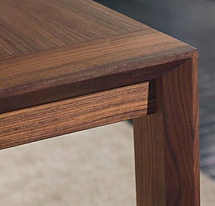 Tavolo moderno con gamba squadrata
