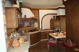 cucina in finta muratira, cucina casolare, cucina con top in piastrelle