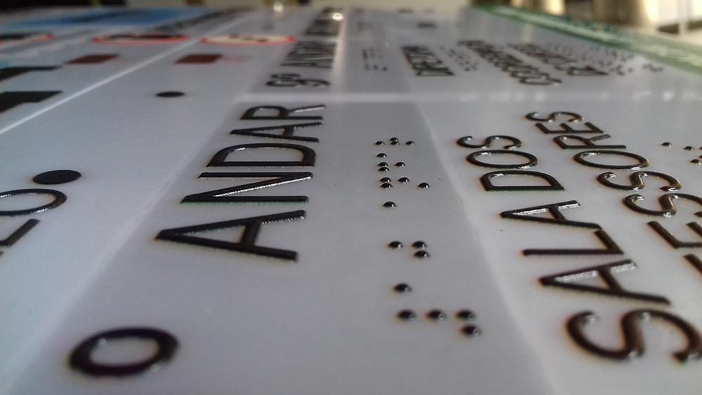 texto-alto-relevo-braile-mapa-tatil
