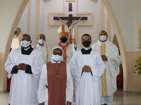 Seminaristas recebem investidura do hábito talar