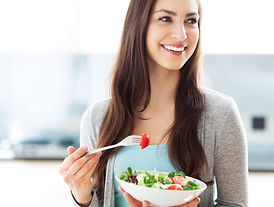 mulher-comendo-frutas.jpg