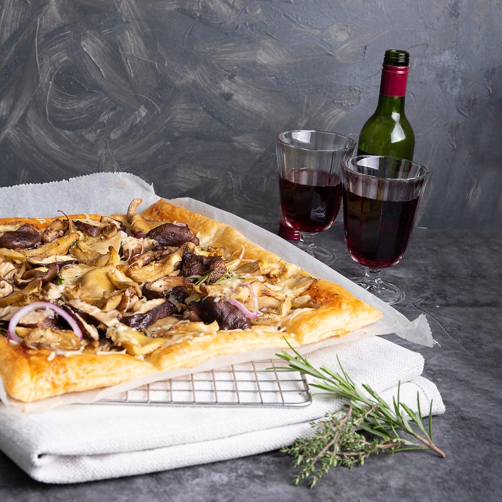 Recept voor plaattaart met gemengde paddenstoelen, kaas en ui
