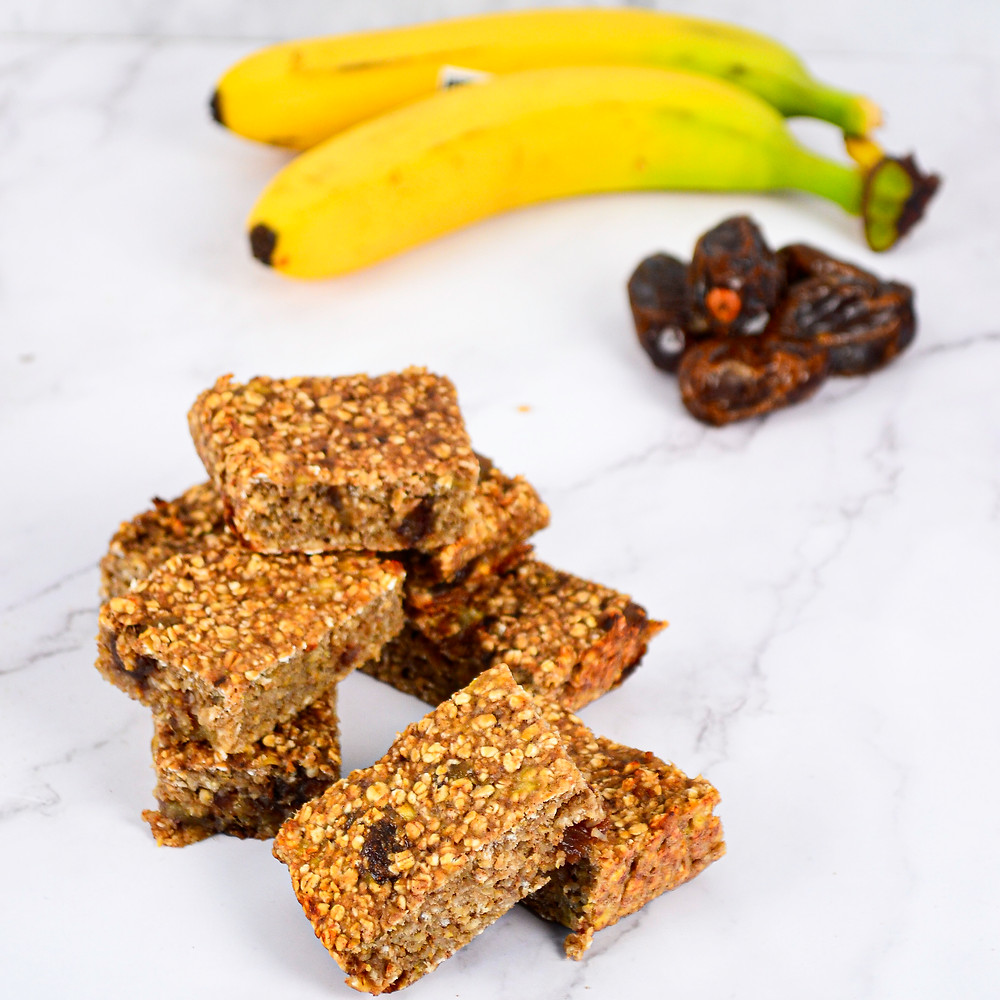 Recept om gezonde bananenrepen te maken met dadels