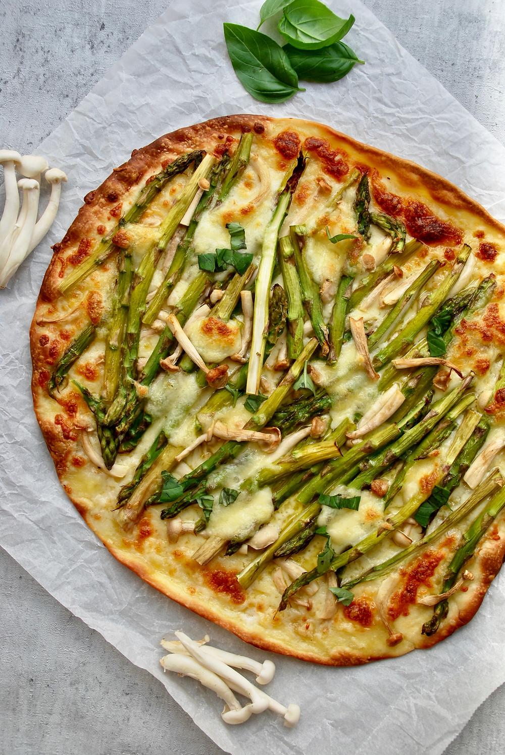 Pizza met groene asperges en beukenzwammen