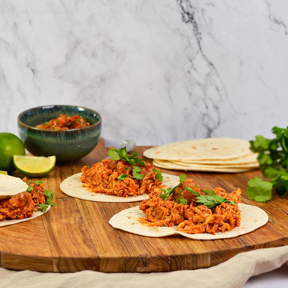 Pittige pulled chicken maken met taco's en salsa