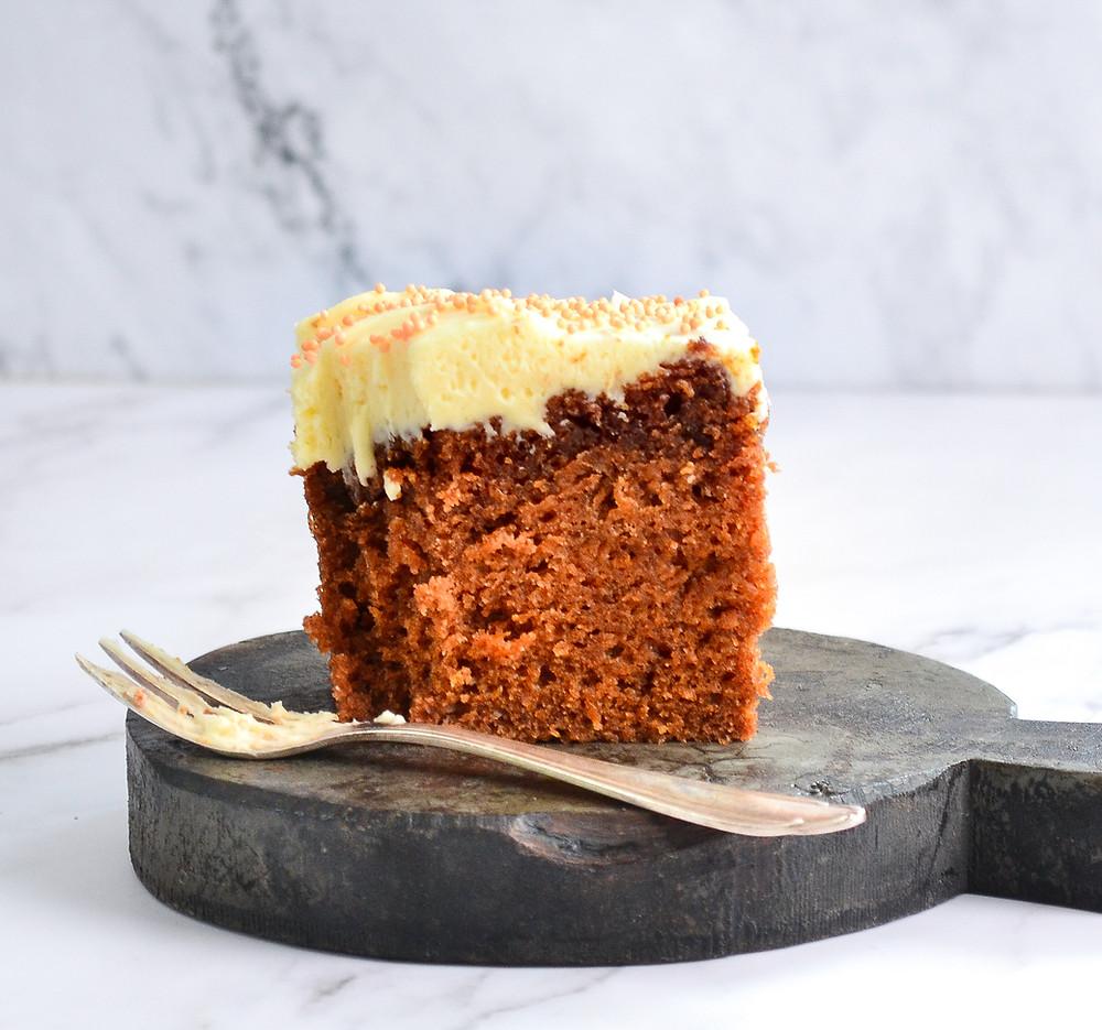 Zie een klein stukje van een heerlijke pompoen cake met frosting.