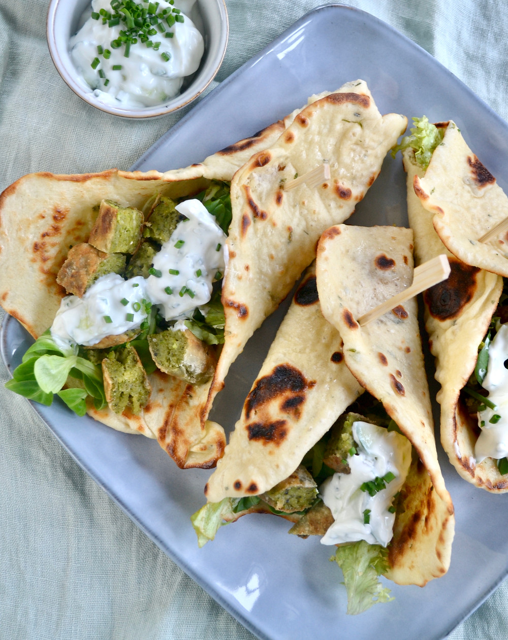Eigen gemaakte falafel met naanbrood